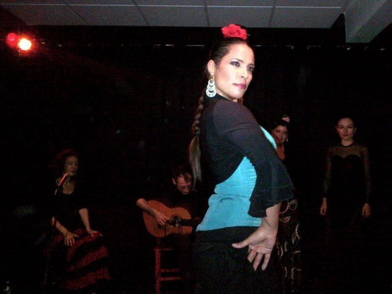 Eliza performing at Hojas de Te, Mexico City, 2013.
