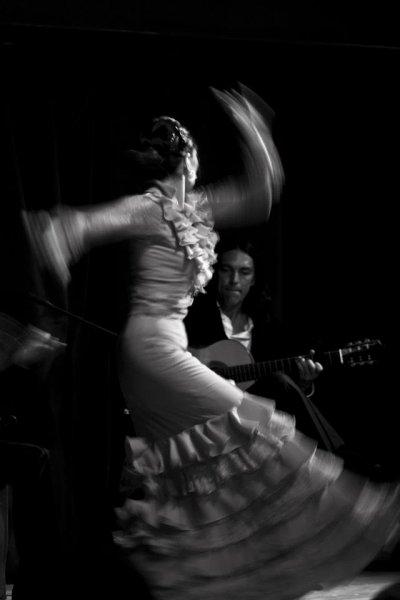 Dancer Rhina Motokhaw with John Lawrence on guitar